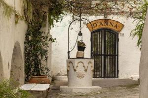 cortile borgo sperlonga pozzo vacanze mare tiberio club