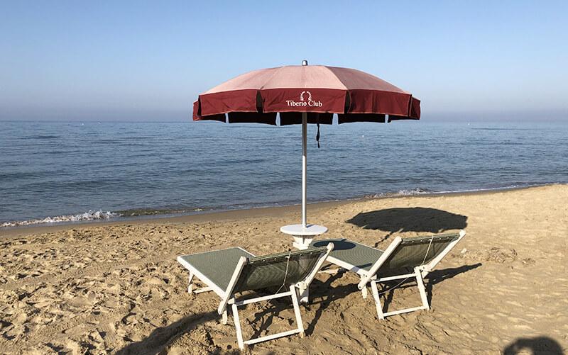 noleggio ombrelloni e lettini in spiaggia tiberio club sperlonga